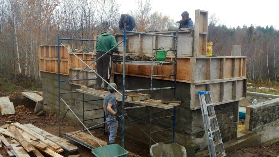 Filling slipform walls as a team